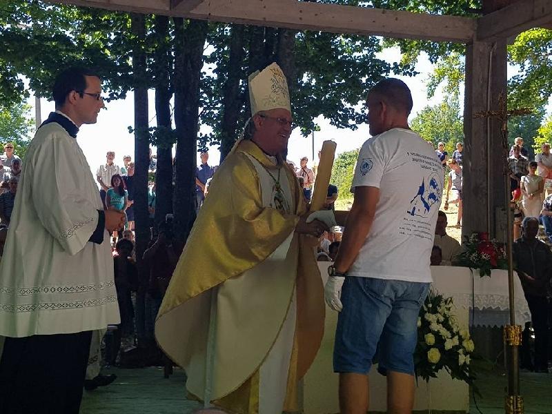 Zahvalna svijeća s hodočašća uručena biskupu mons.Zdenku Križiću
